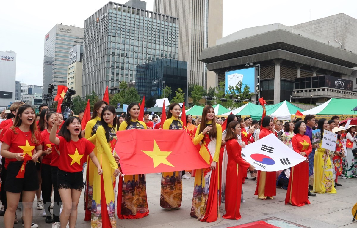Đoàn diễu hành tại lễ hội. (Ảnh: Mạnh Hùng/TTXVN)