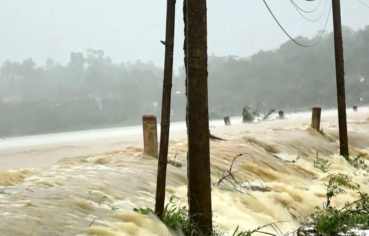 Nước lên cao làm ngập cánh đồng, đường giao thông tại huyện miền núi Thạch Thành (Thanh Hóa). (Ảnh: Đình Nam/TXVN)