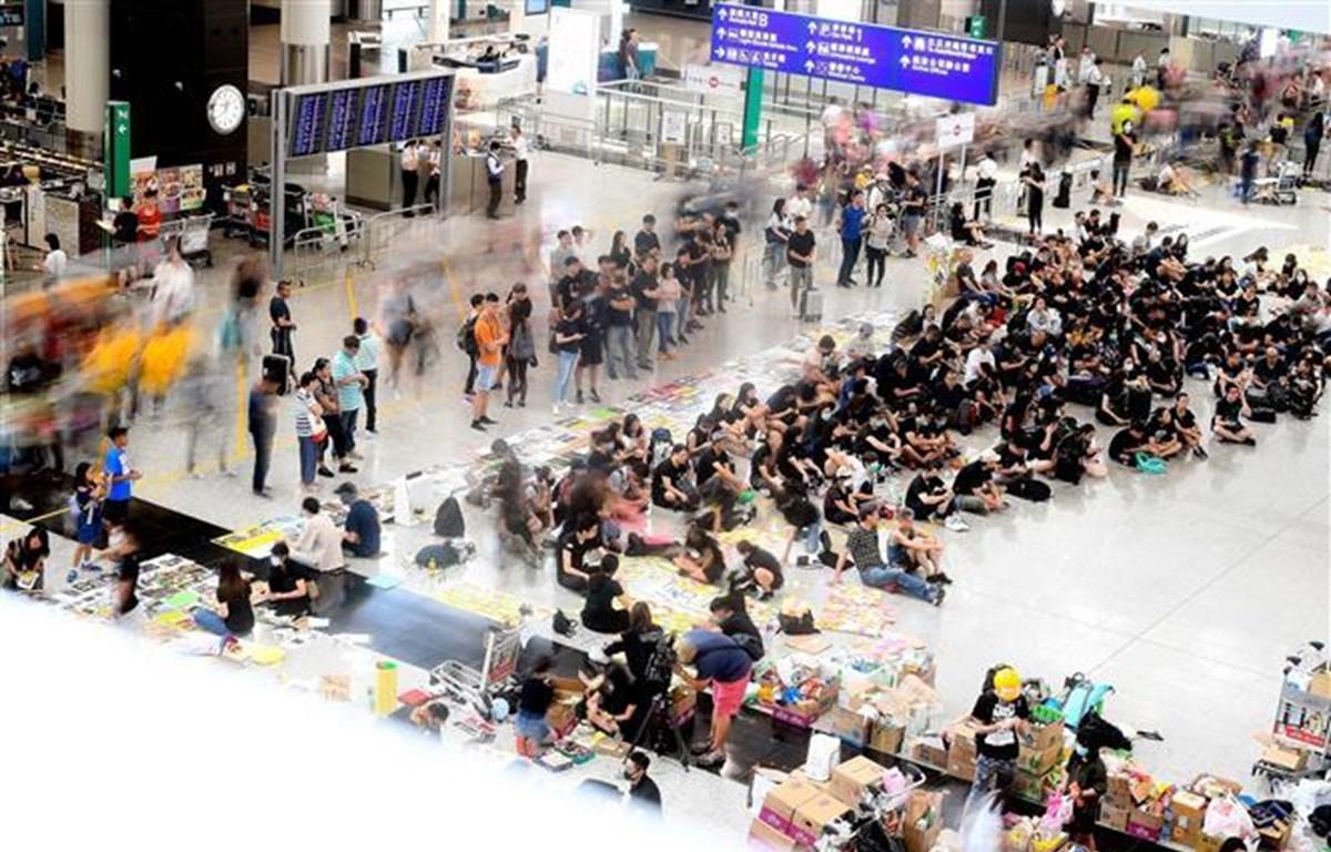 Người biểu tình tập trung tại sân bay quốc tế Hong Kong, Trung Quốc, ngày 11/8/2019. (Ảnh: AFP/ TTXVN)