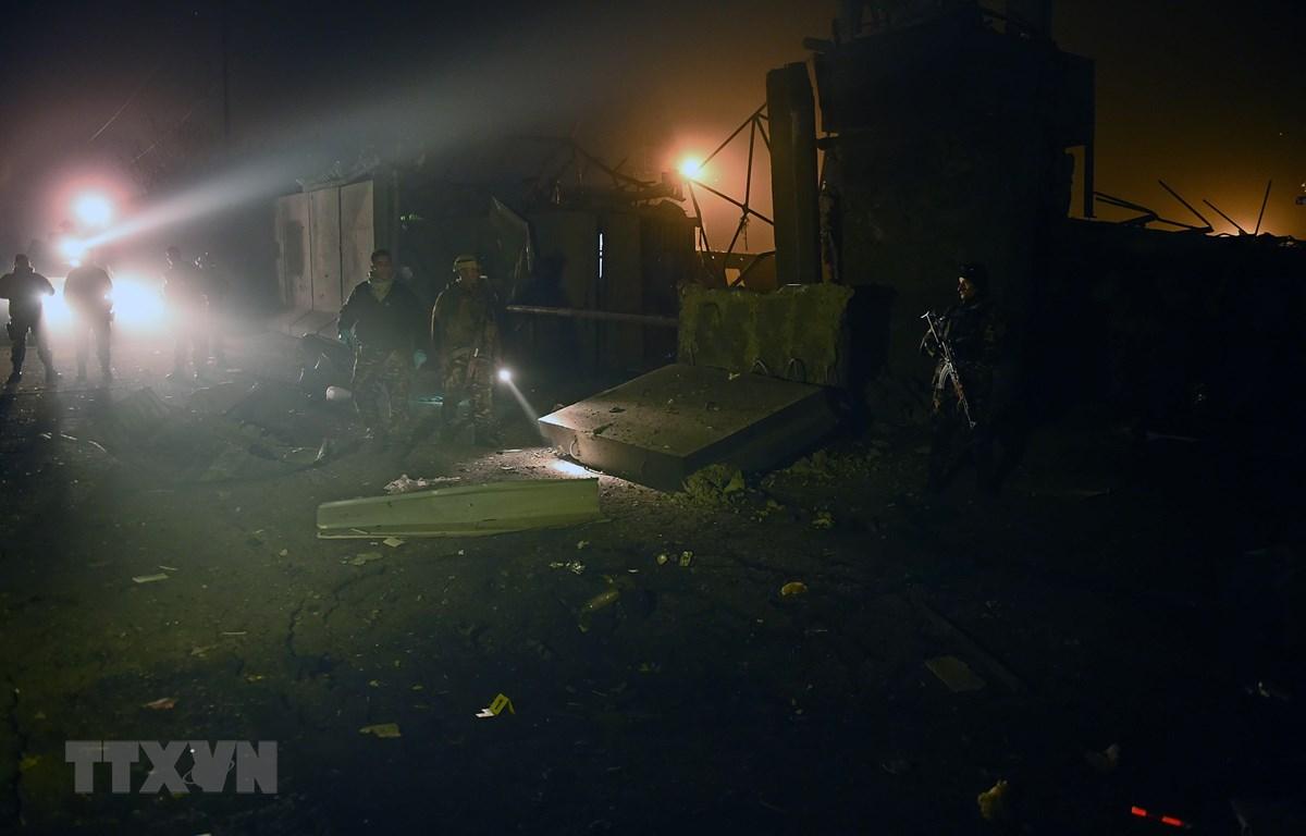 Lực lượng an ninh Afghanistan điều tra tại hiện trường một vụ đánh bom xe tại khu phức hợp Green Village ở Kabul. (Ảnh: AFP/TTXVN)