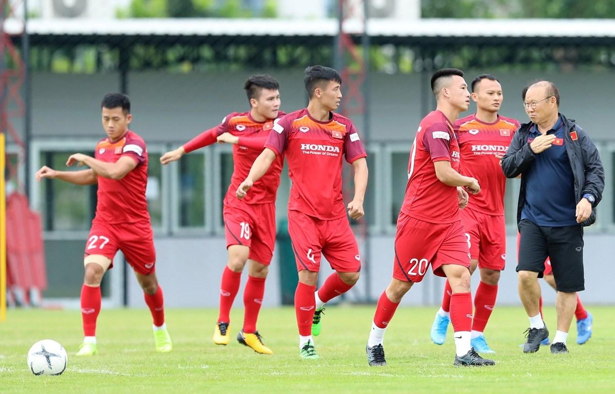 Đội tuyển Việt Nam tập luyện trên đất Thái Lan. (Ảnh: Hoàng Linh/TTXVN)