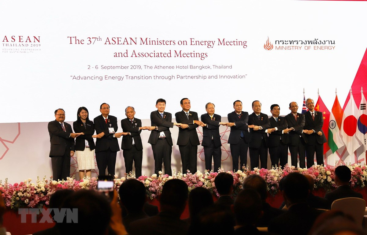 Thủ tướng Thái Lan Prayut Chan-o-cha chụp ảnh cùng các trưởng đoàn. (Ảnh: Hữu Kiên/TTXVN)