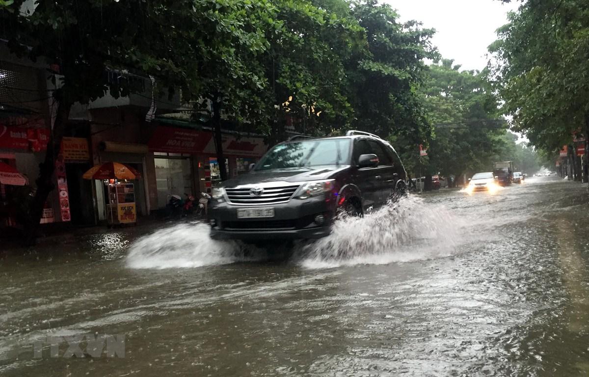 Mưa lớn khiến tuyến đường ở thành phố Vinh (Nghệ An) bị ngập. (Ảnh: Tá Chuyên/TTXVN)