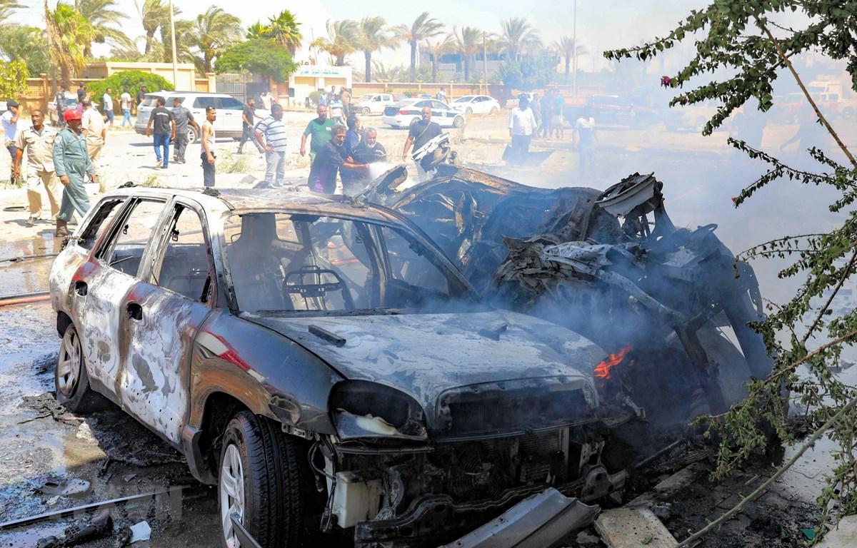 Hiện trường vụ đánh bom xe tại Benghazi, miền đông Libya. (Ảnh: AFP/TTXVN)