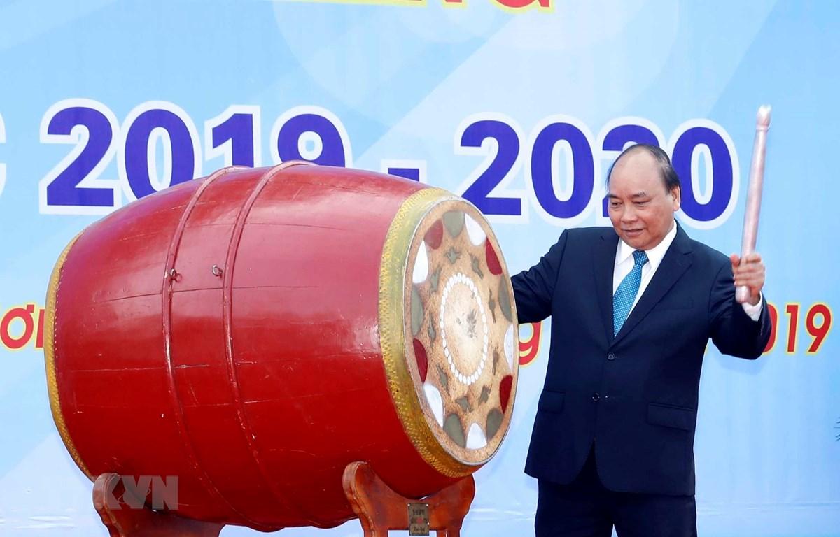Thủ tướng Nguyễn Xuân Phúc đánh trống khai giảng. (Ảnh: Thống Nhất/TTXVN)