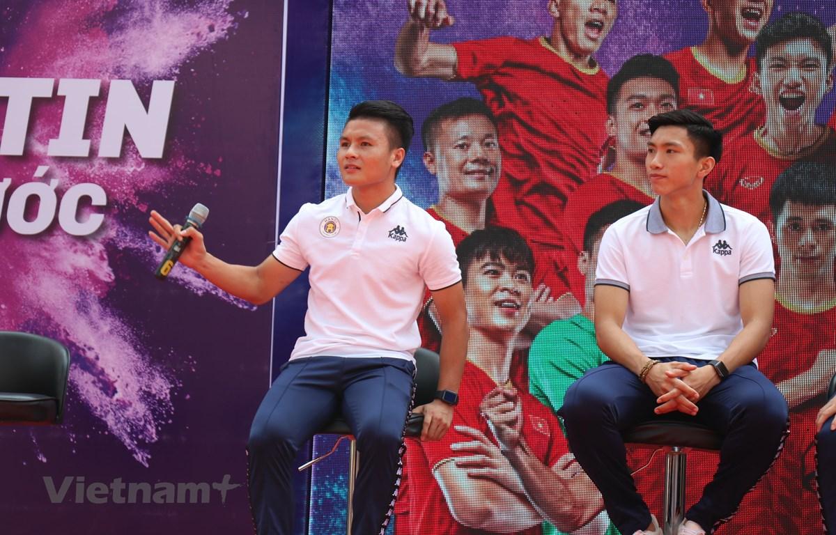 Quang Hải và Văn Hậu nhận được sự quan tâm rất nhiều của người hâm mộ. (Ảnh: Phương Trang/Vietnam+)