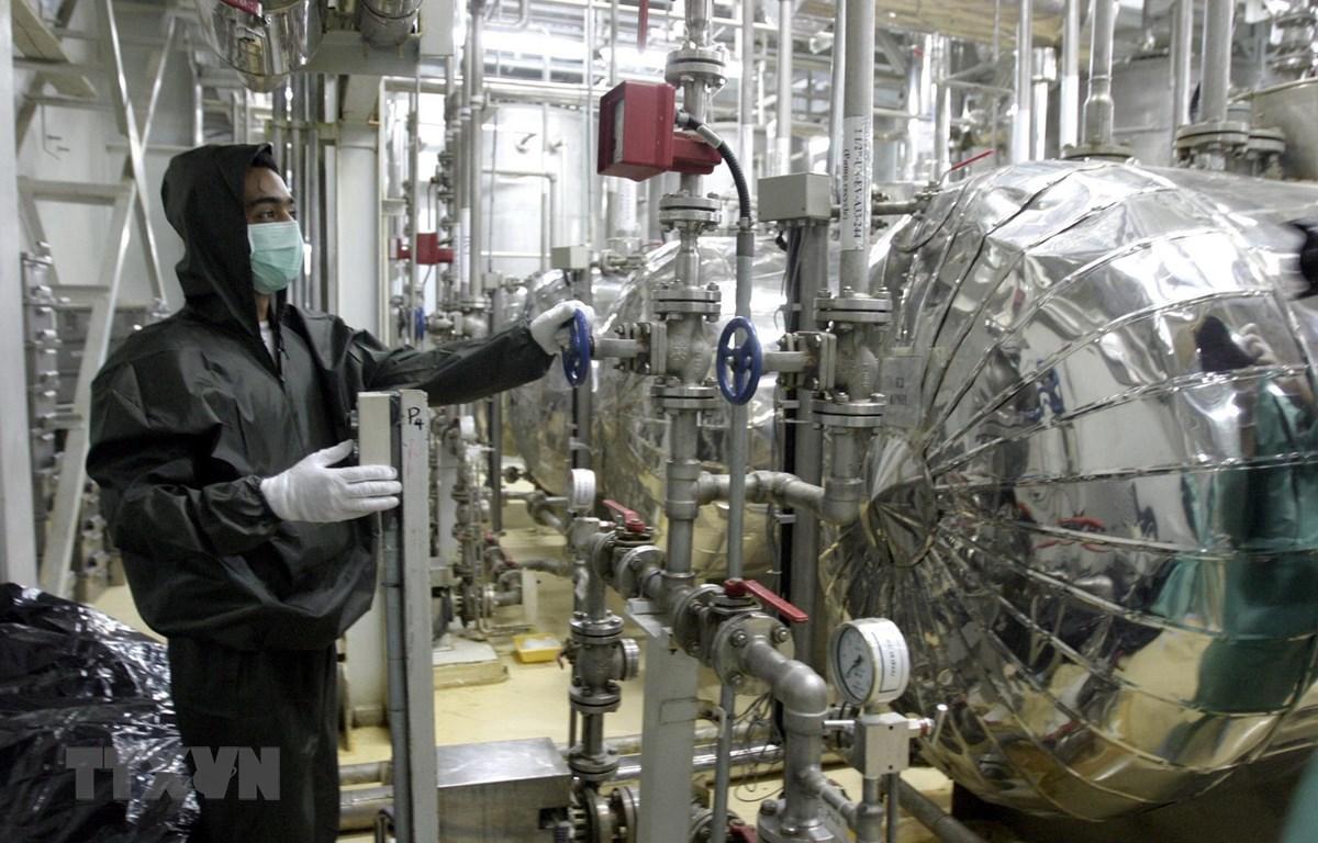 Kỹ thuật viên làm việc tại cơ sở làm giàu urani ở Isfahan, Iran. (Ảnh: AFP/TTXVN)