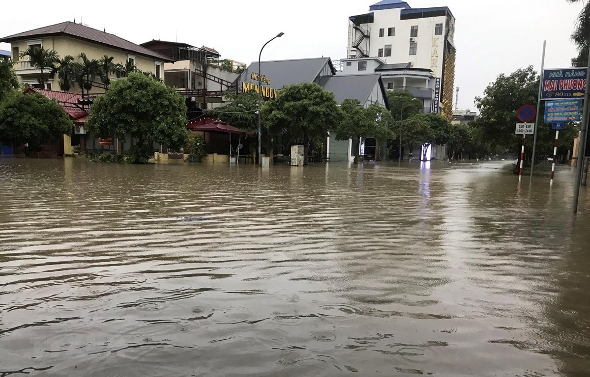 Nhiều tuyến phố trên địa bàn tỉnh Thái Nguyên bị ngập sâu trong nước. (Ảnh: Quân Trang-TTXVN)