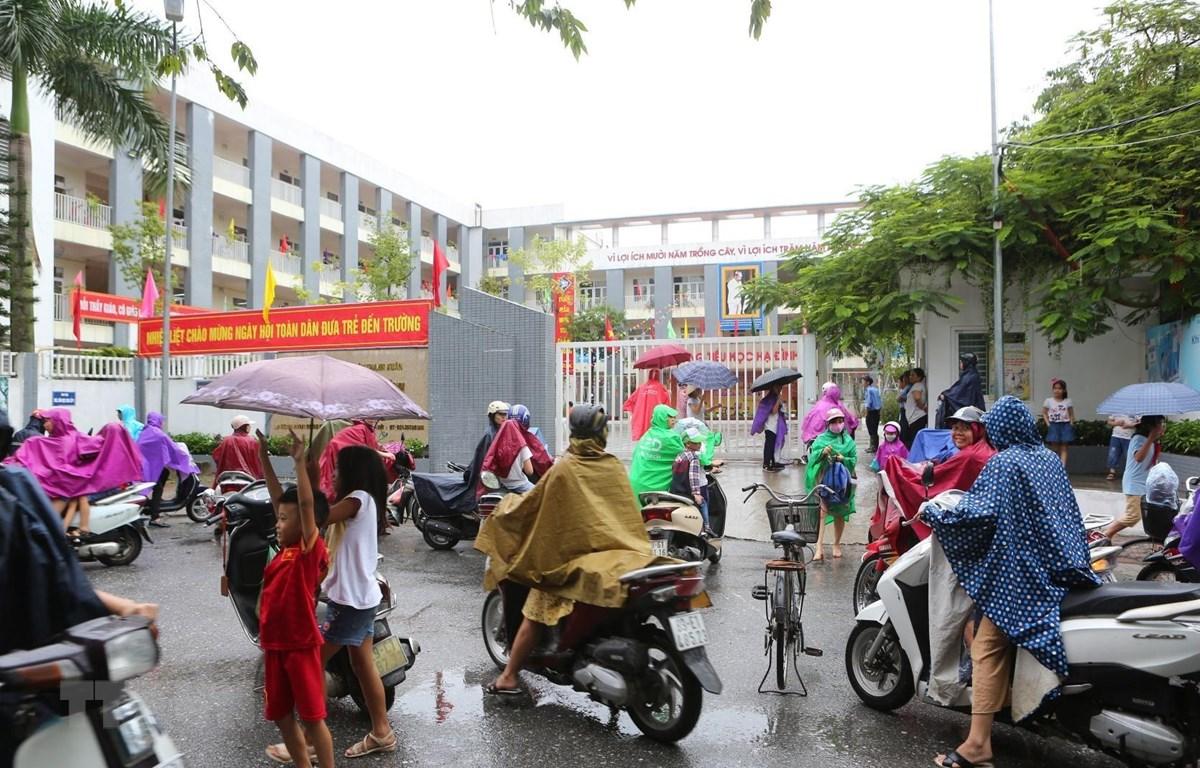 Trường tiểu học Hạ Đình cách hiện trường vụ cháy Nhà xưởng Công ty Rạng Đông chưa đến 1km. (Ảnh: Thành Đạt/TTXVN)