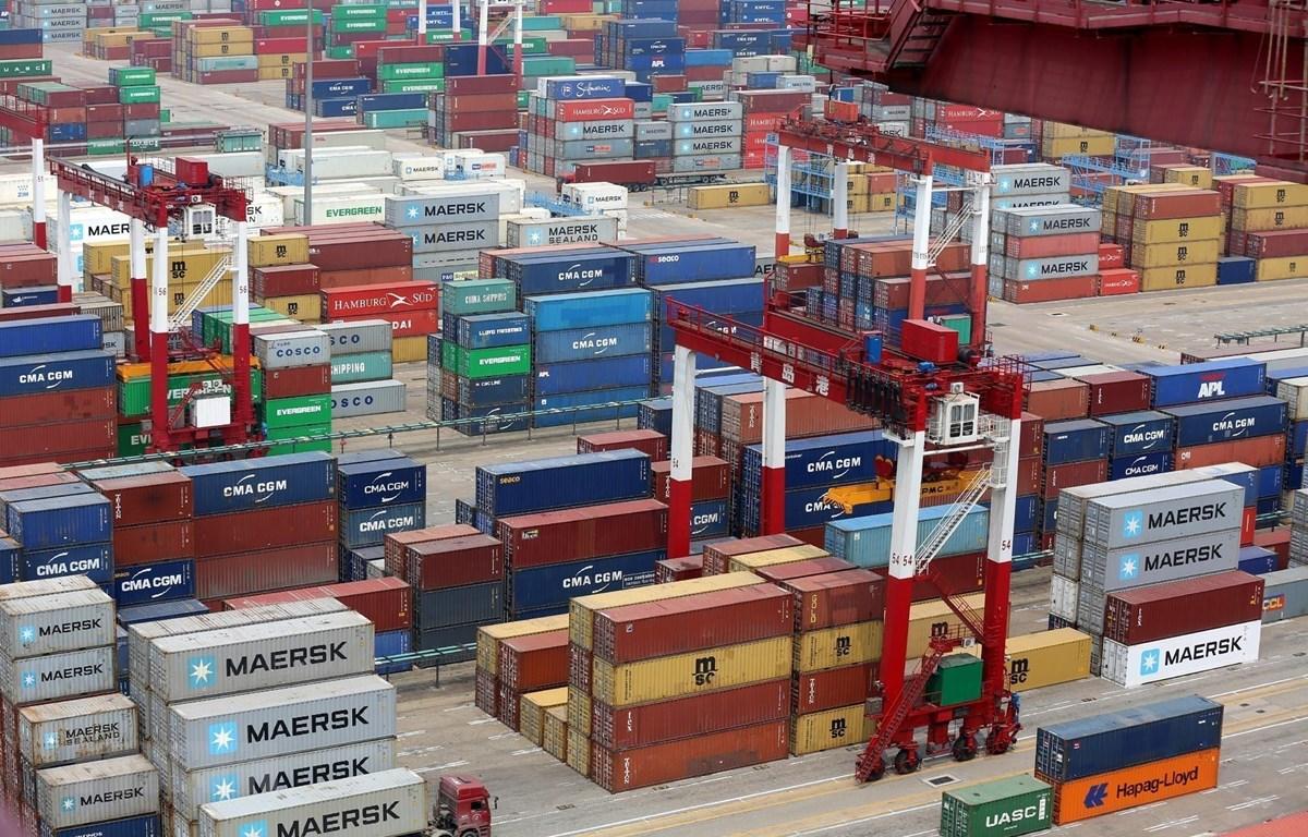 Container hàng hóa được xếp tại cảng ở Thanh Đảo, tỉnh Sơn Đông, Trung Quốc. (Ảnh: EPA/TTXVN)