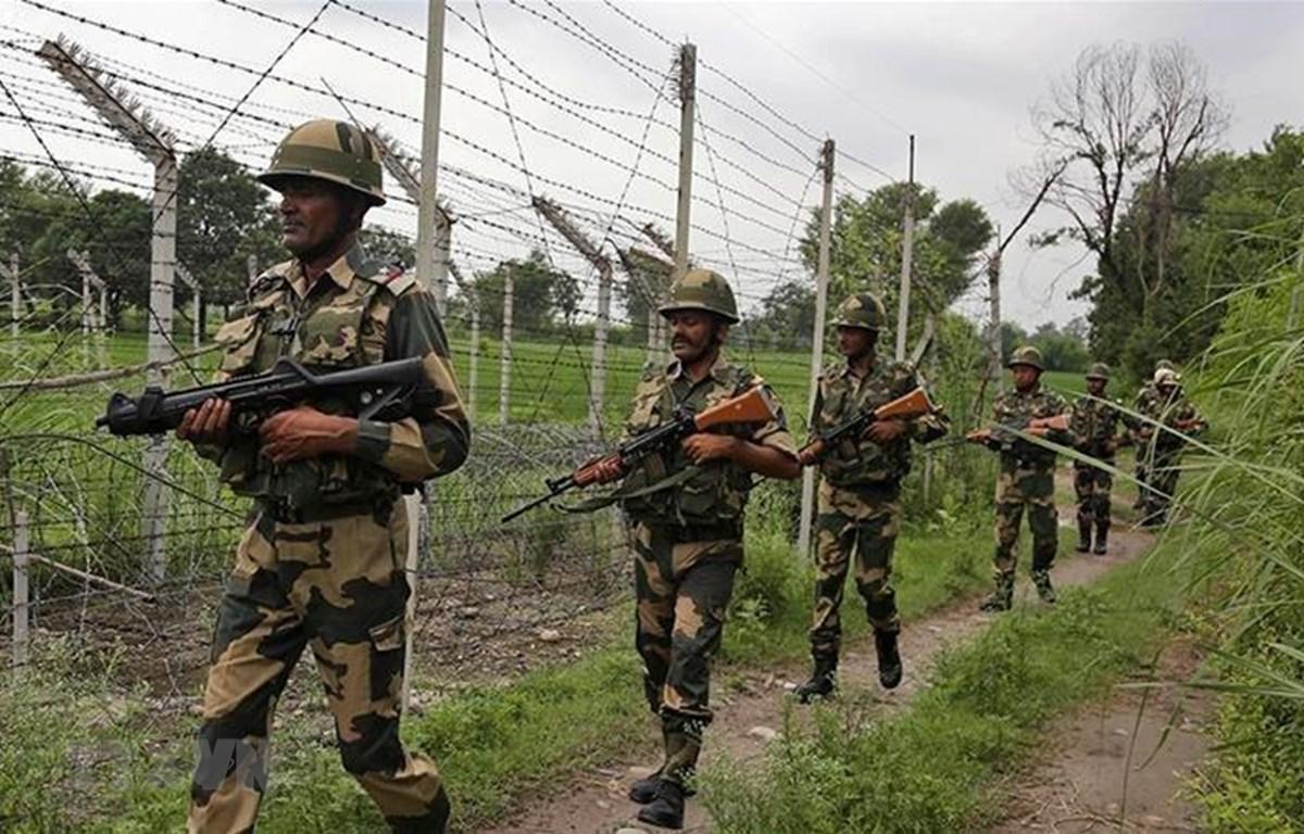Binh sỹ Ấn Độ tuần tra gần Đường Ranh giới kiểm soát (LoC) ở khu vực Kashmir. (Ảnh: AP/TTXVN)