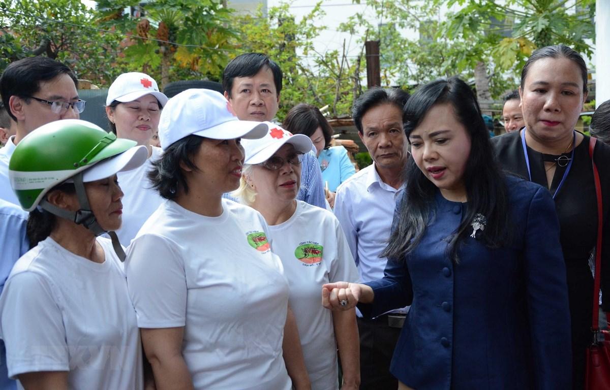 Bộ trưởng Bộ Y tế kiểm tra tình hình phòng chống sốt xuất huyết tại phường An Hải Đông (quận Sơn Trà, thành phố Đà Nẵng). (Ảnh: Văn Dũng/TTXVN)
