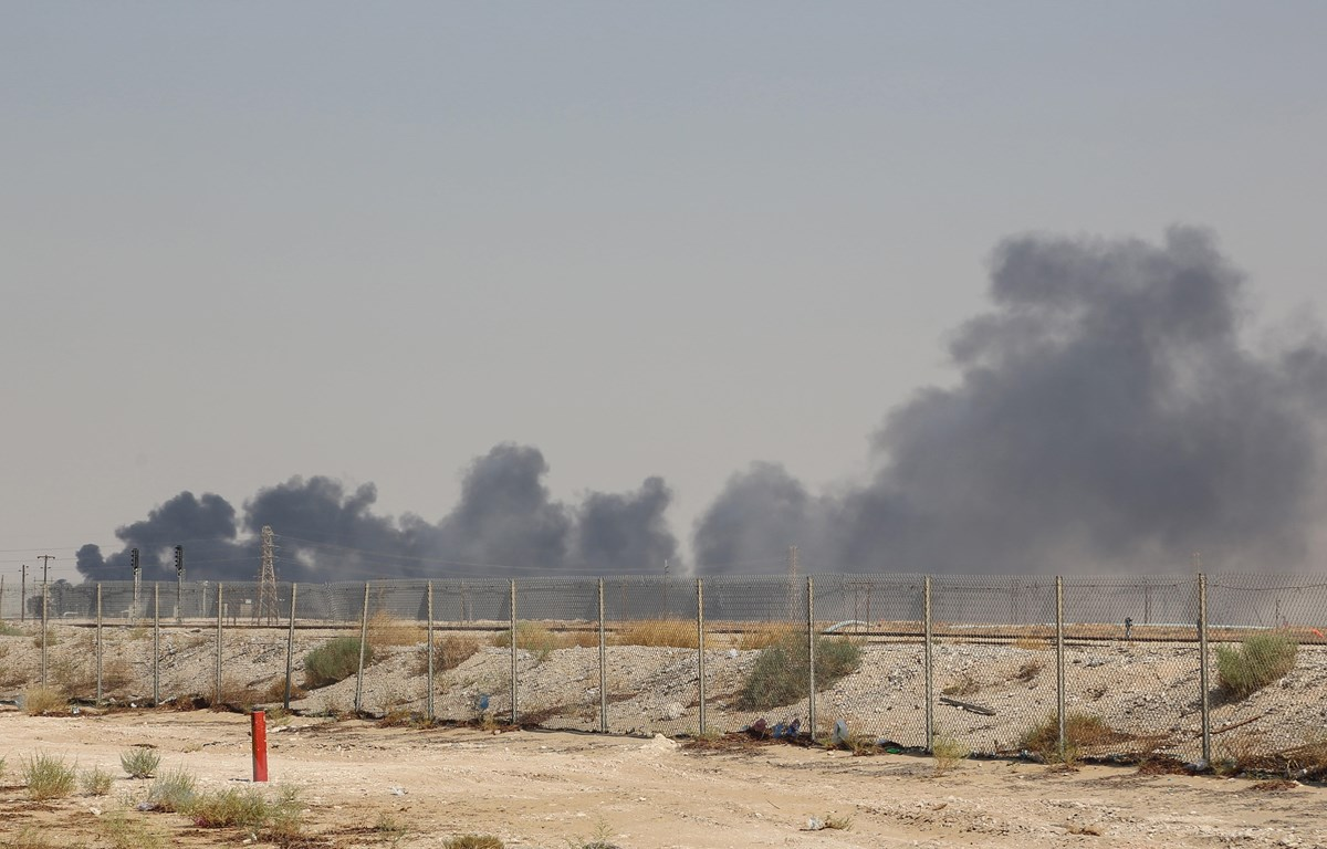 Khói bốc lên từ nhà máy lọc dầu Aramco ở Abqaiq, miền Đông Saudi Arabia sau vụ tấn công ngày 14/9. (Ảnh: AFPF/TTXVN)