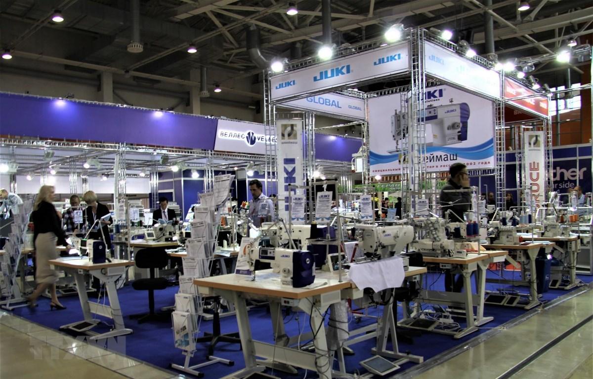 Nhiều máy móc thiết bị trong ngành công nghiệp dệt may được trưng bày tại triển lãm. (Ảnh: Dương Trí/TTXVN)