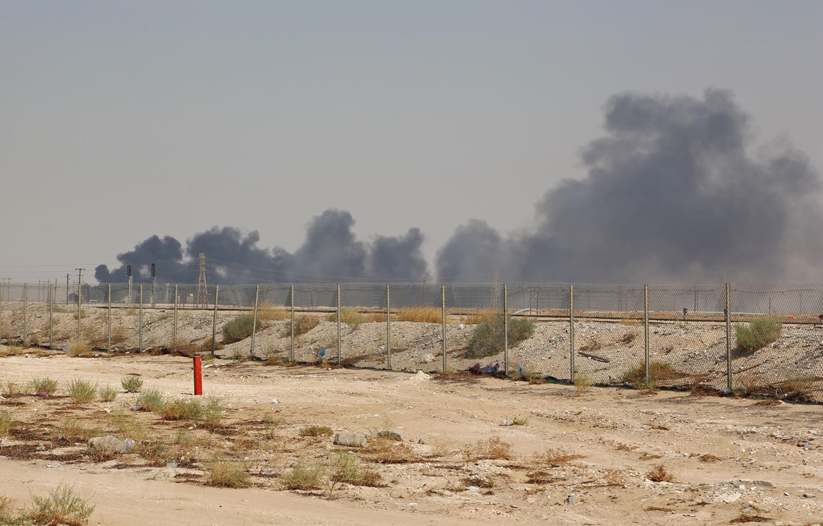 Khói bốc lên từ cơ sở lọc dầu của Aramco tại Abqaiq, Saudi Arabia, sau vụ tấn công ngày 14/9. (Ảnh: AFP/ TTXVN)