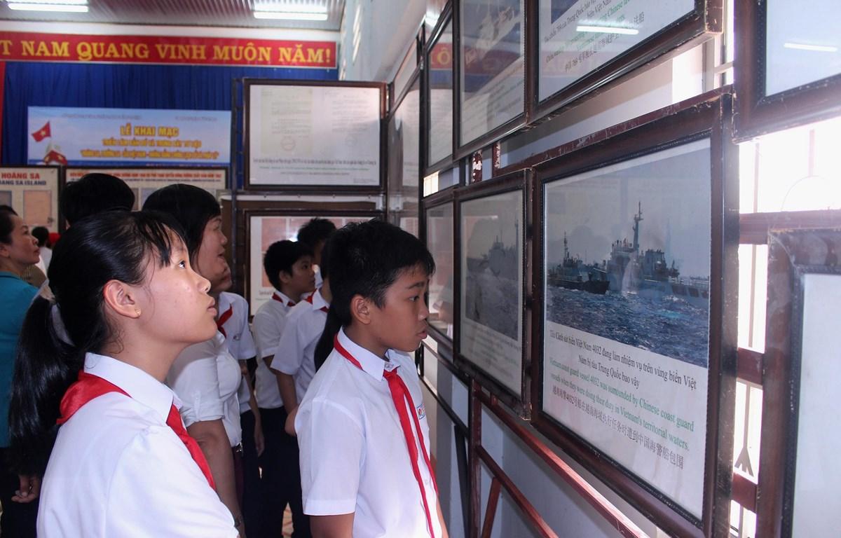 Học sinh tham quan triển lãm. (Ảnh: Hồng Hiếu- TTXVN)