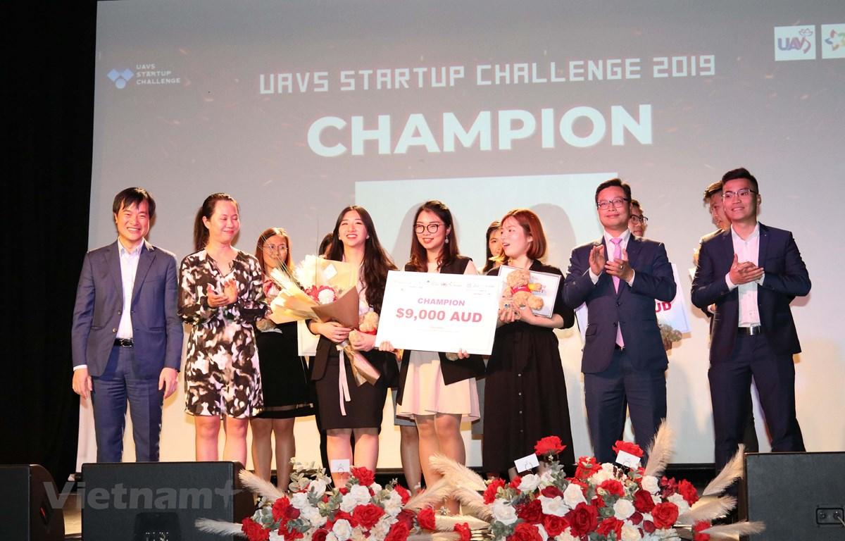 Đội The Sister Bag của ba cô gái đến từ Đại học Công nghệ Sydney (UTS) giành giải nhất cuộc thi UAVS Startup Challenge 2019. (Ảnh: Diệu Linh/Vietnam+)
