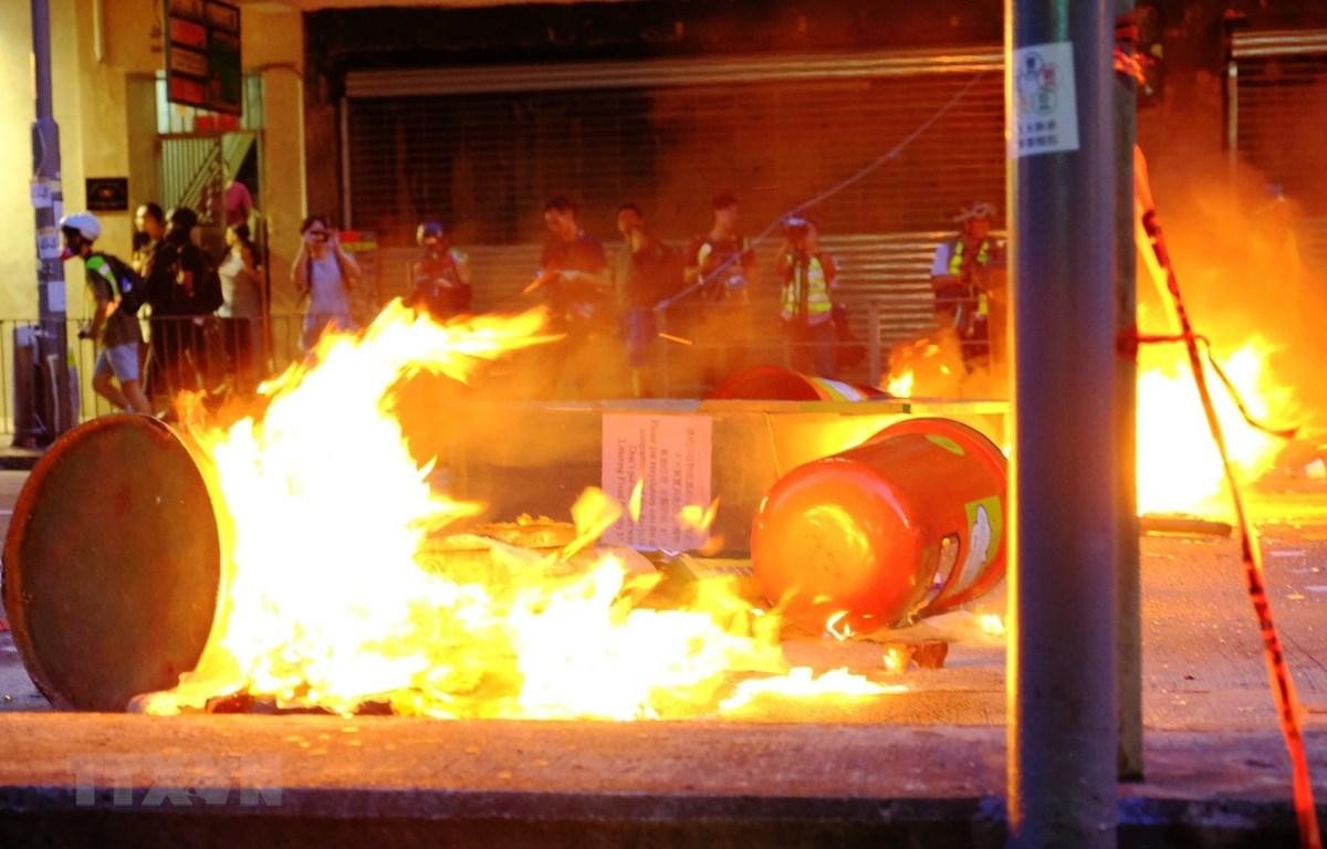Người biểu tình đốt phá trên đường phố tại Wan Chai, Hong Kong, Trung Quốc, ngày 15/9. (Ảnh: THX/TTXVN)