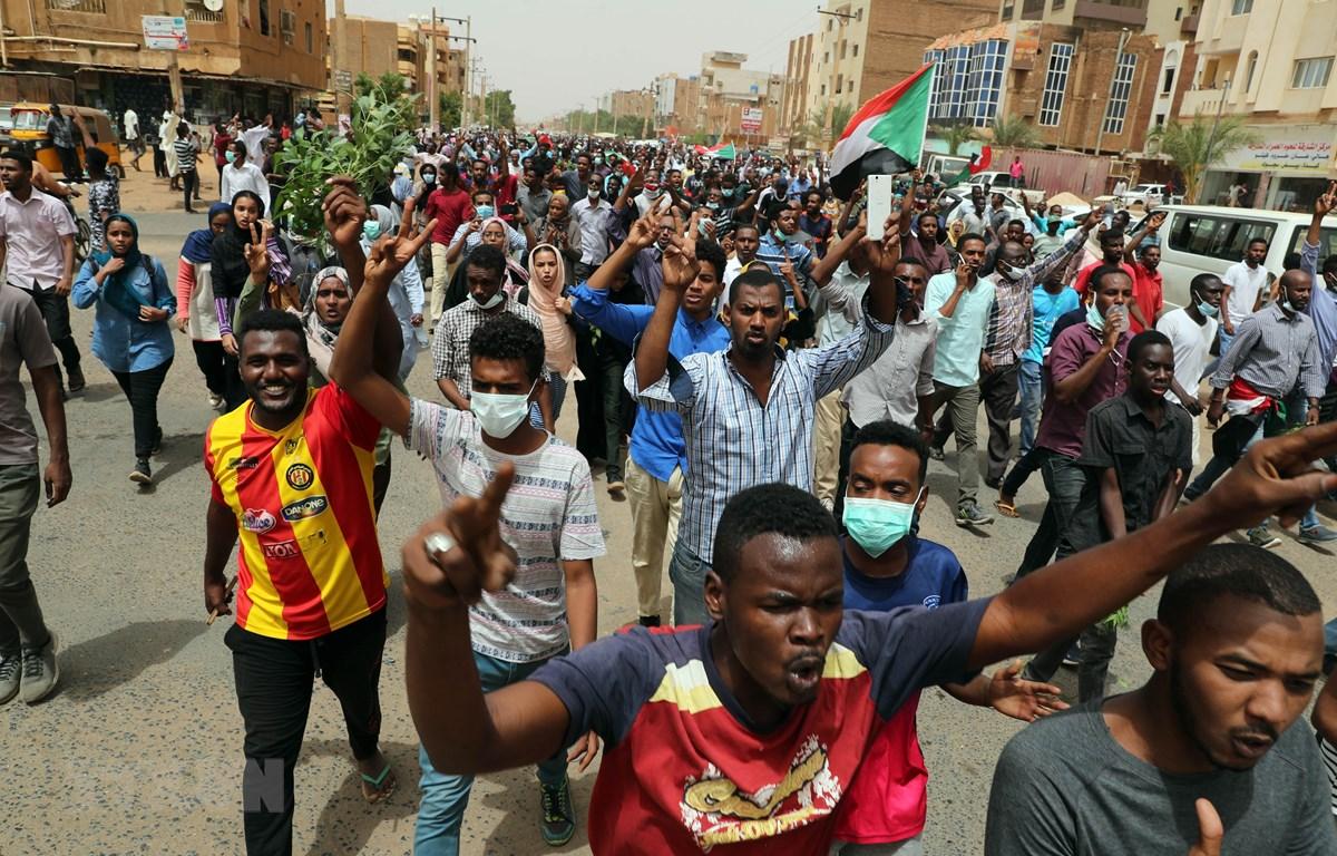 Hàng chục nghìn người Sudan tham gia biểu tình tại thủ đô Khartoum. (Ảnh: THX/TTXVN)
