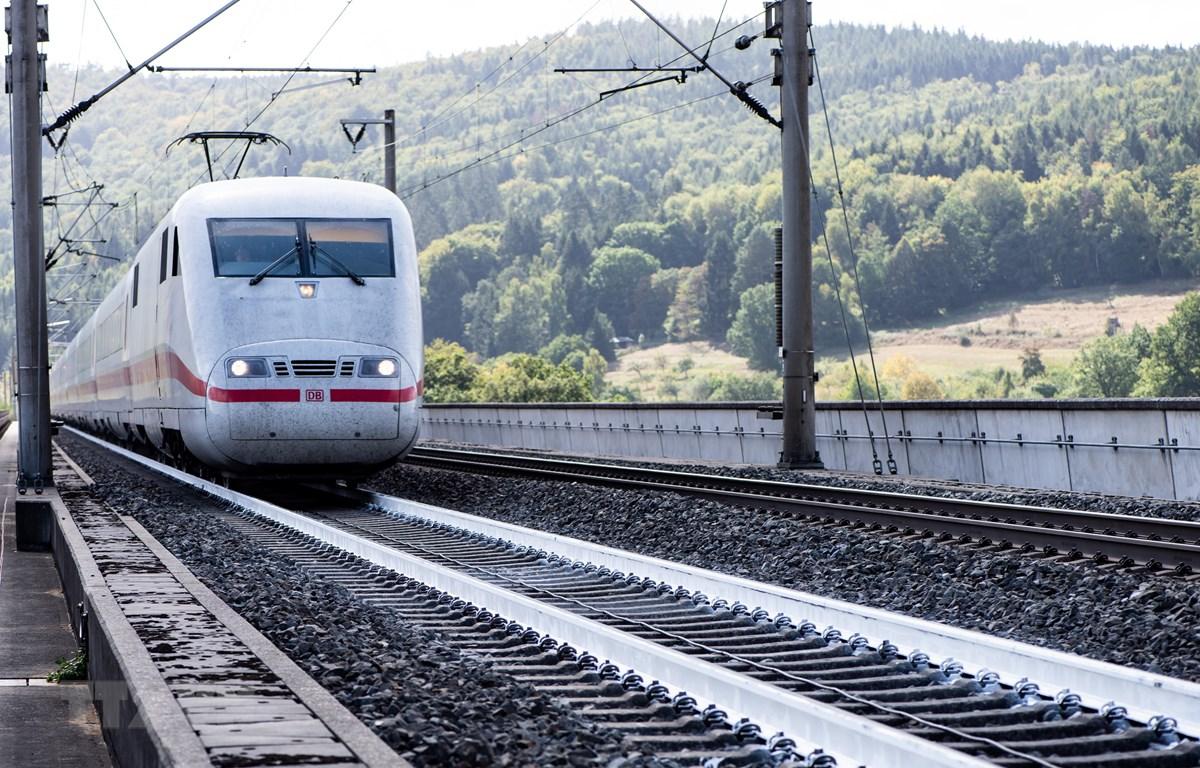 Hệ thống đường ray được sơn trắng chống nóng tại Spangenberg, Tây Đức. (Ảnh: AFP/TTXVN)