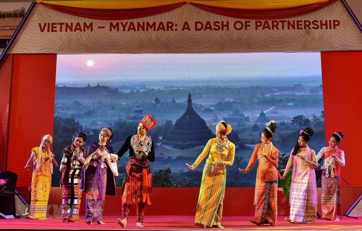 Một tiết mục văn nghệ tại chương trình giao lưu văn hóa Việt Nam-Myanmar 'Những sắc màu truyền thống và hiện đại.' (Ảnh: TTXVN phát)