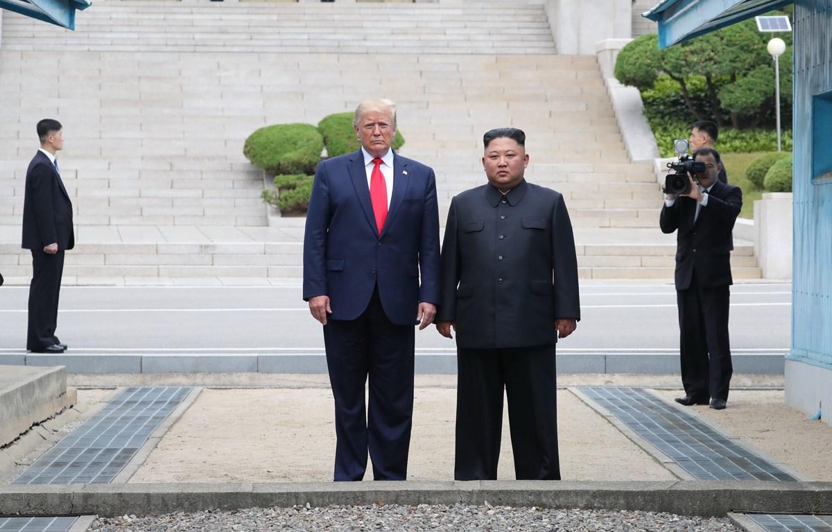 Tổng thống Mỹ Donald Trump (trái) trong cuộc gặp Nhà lãnh đạo Triều Tiên Kim Jong-un tại Panmunjom ngày 30/6/2019. (Ảnh: THX/TTXVN)