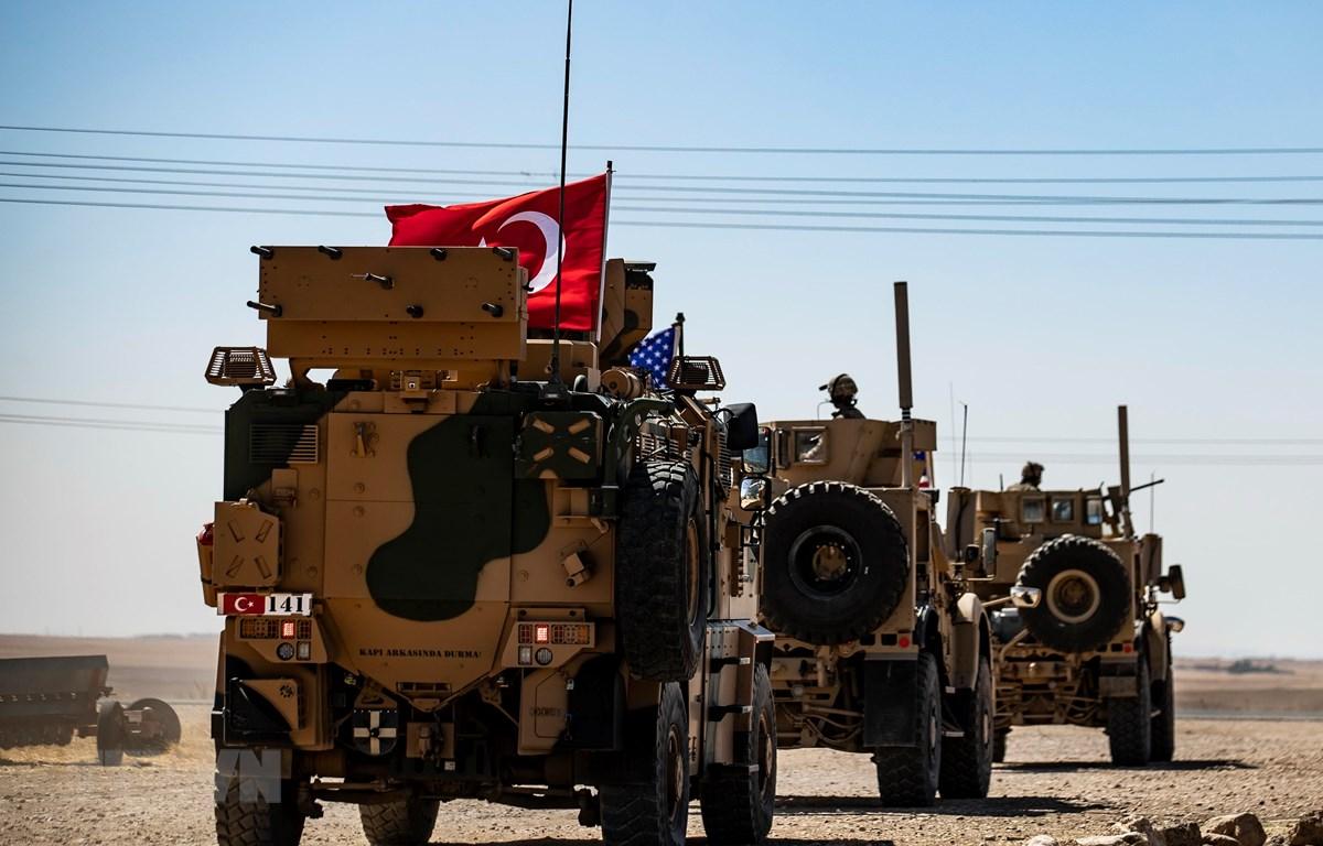 Xe quân sự của Mỹ và Thổ Nhĩ Kỳ tuần tra tại ngoại ô thị trấn Tal Abyad (Syria), giáp giới với Thổ Nhĩ Kỳ ngày 8/9/2019. (Ảnh: AFP/TTXVN)