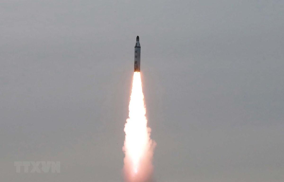 Hình ảnh tên lửa đạn đạo chiến lược được phóng từ một địa điểm không xác định ở Triều Tiên. (Ảnh: AFP/TTXVN)