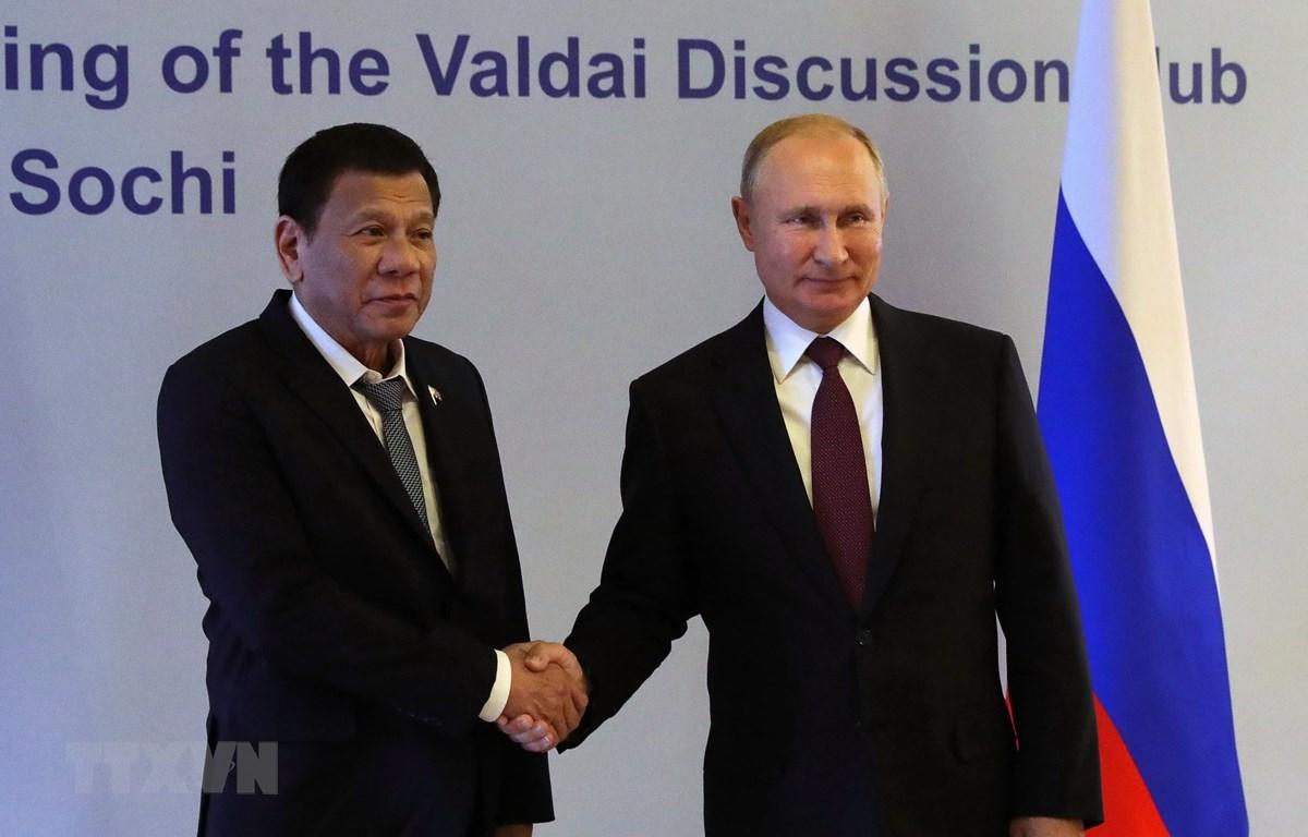 Tổng thống Nga Vladimir Putin (phải) và Tổng thống Philippines Rodrigo Duterte tại cuộc gặp ở Sochi, Nga, ngày 3/10. (Ảnh: AFP/TTXVN)