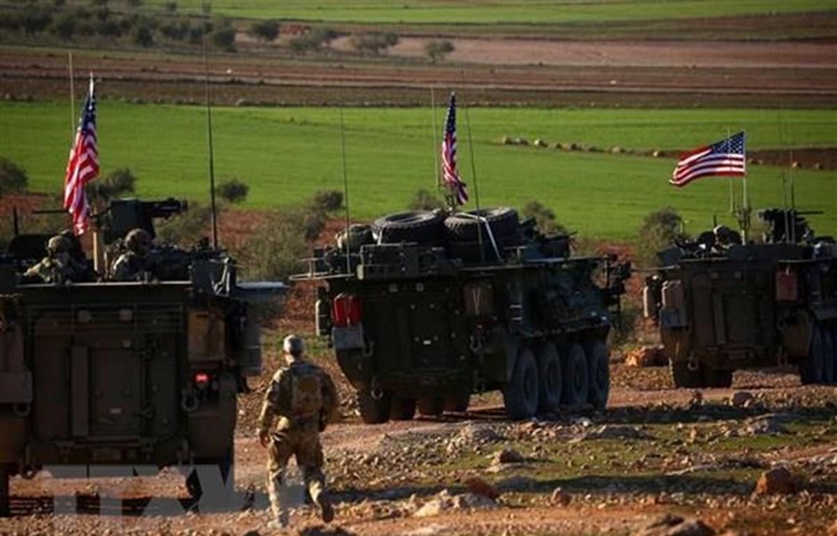 Đoàn xe của các lực lượng Mỹ được triển khai tại làng Yalanli, ngoại ô thành phố Manbij, Syria. (Ảnh: AFP/TTXVN)