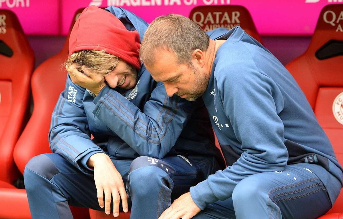 Matinez ngồi khóc trên băng ghế dự bị. (Nguồn: Goal)