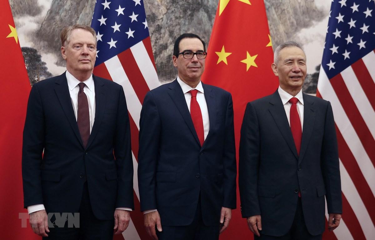 (Từ trái sang): Đại diện Thương mại Mỹ Robert Lighthizer, Bộ trưởng Tài chính Steven Mnuchin và Phó Thủ tướng Trung Quốc Lưu Hạc . (Ảnh: AFP/TTXVN)