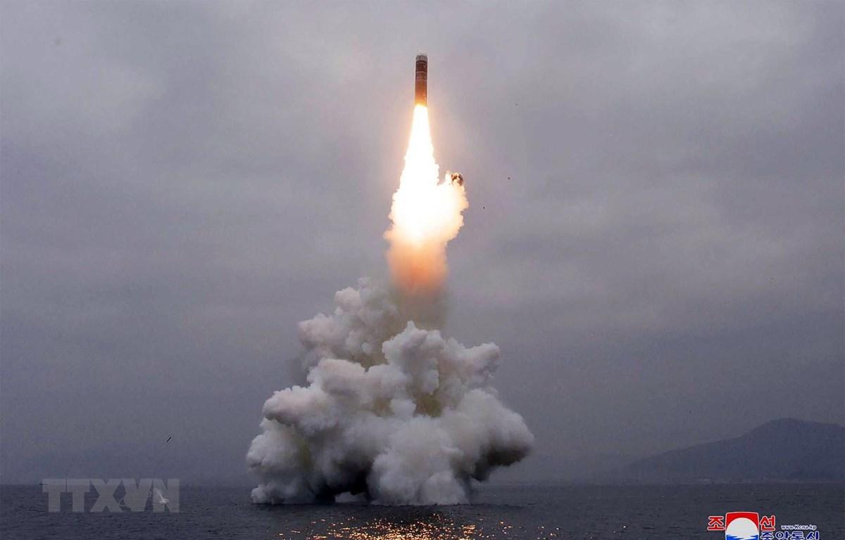 Vụ thử tên lửa đạn đạo kiểu mới Pukguksong-3 từ tàu ngầm của Triều Tiên ở ngoài khơi Vịnh Wonsan ngày 2/10. (Ảnh: AFP/TTXVN)