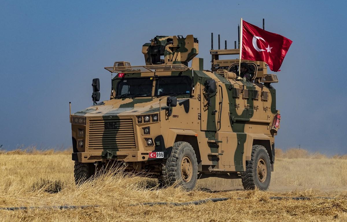 Binh sỹ Thổ Nhĩ Kỳ tiến hành tuần tra chung với binh sĩ Mỹ tại thị trấn Tell Abyad, Syria, ngày 4/10. (Ảnh: AFP/TTXVN)