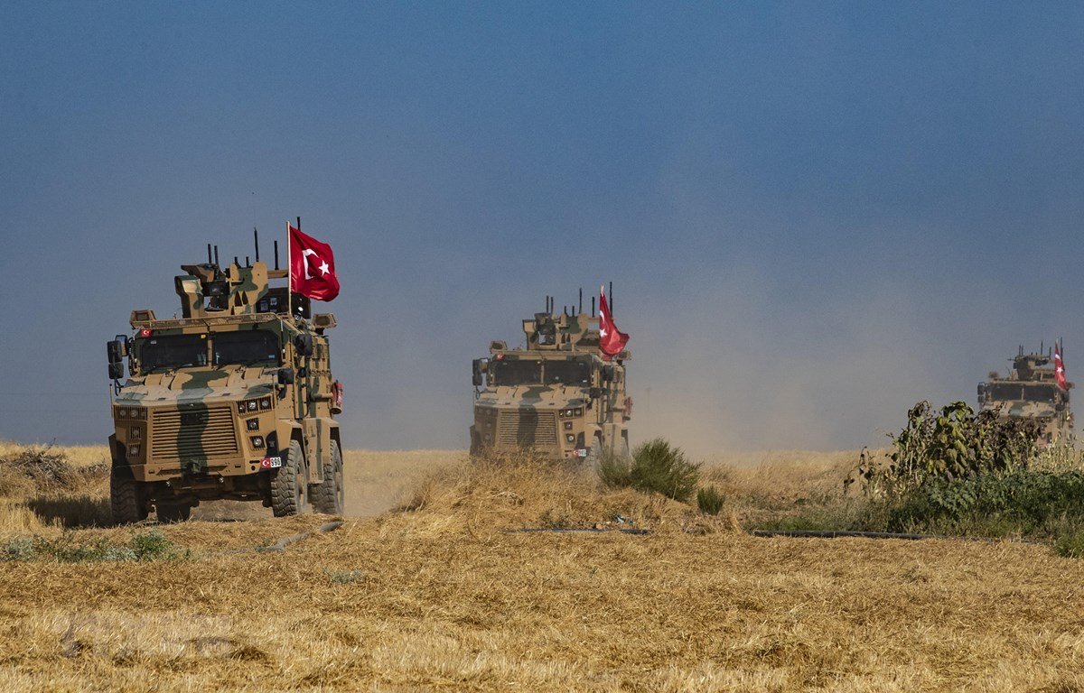 Xe quân sự Thổ Nhĩ Kỳ tuần tra tại làng al-Hashisha, ngoại ô Tal Abyad, Syria. (Ảnh: AFP/TTXVN)