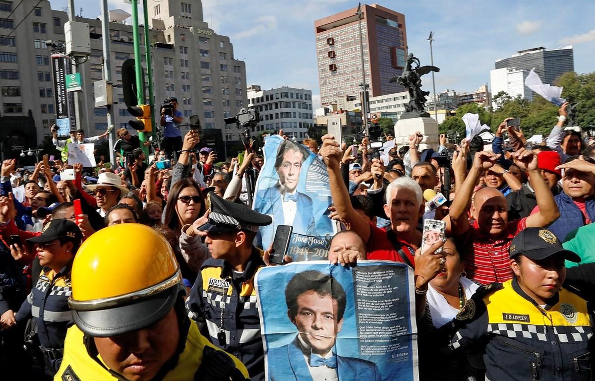 Hàng nghìn người đã đến tiễn biệt danh ca Jose Jose. (Nguồn: Reuters)