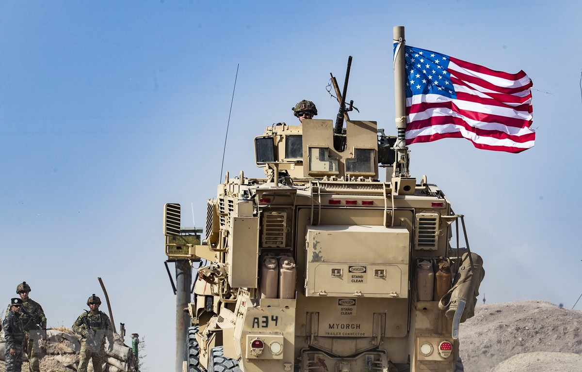 Xe quân sự Mỹ tại căn cứ liên quân ở ngoại ô thị trấn Ras al-Ain thuộc tỉnh Hasakeh, Đông Bắc Syria, giáp giới Thổ Nhĩ Kỳ. (Ảnh: AFP/TTXVN)