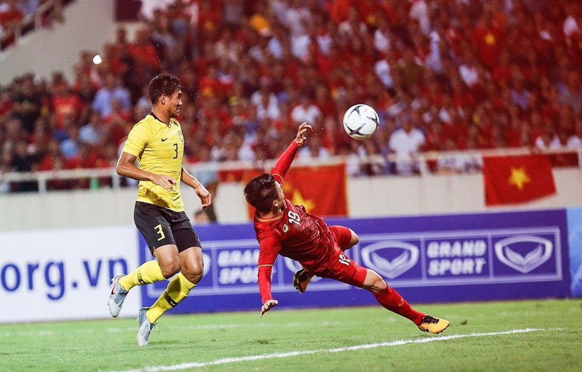 Quang Hải ghi bàn đẹp mắt giúp Việt Nam đánh bại Malaysia. (Ảnh: Trọng Đạt/TTXVN)