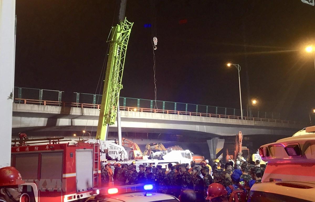 Nhân viên cứu hộ làm nhiệm vụ tại hiện trường vụ sập cầu ở thành phố Vô Tích, tỉnh Giang Tô, Trung Quốc. (Ảnh: THX/TTXVN)