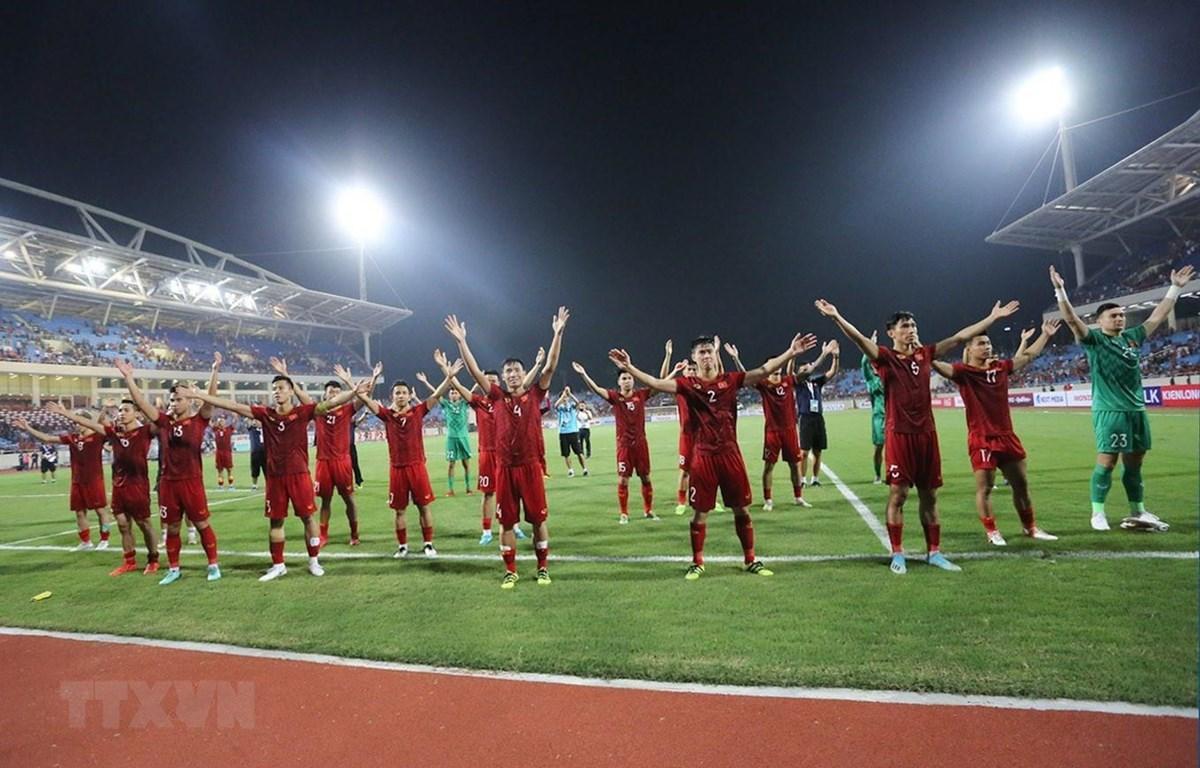 Các cầu thủ Việt Nam tri ân người hâm mộ trên sân Mỹ Đình sau trận đấu. (Ảnh: Trọng Đạt/TTXVN)