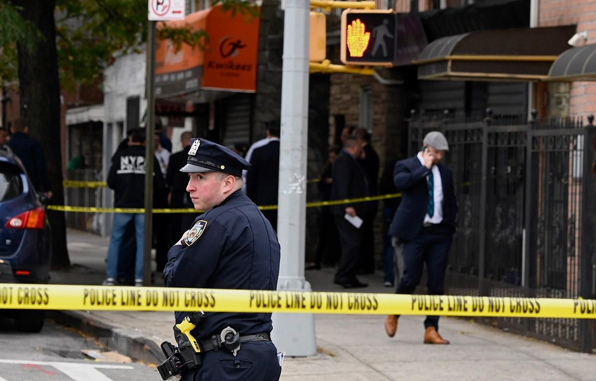 Cảnh sát điều tra tại hiện trường vụ xả súng ở New York, Mỹ, ngày 12/10. (Ảnh: AFP/TTXVN)