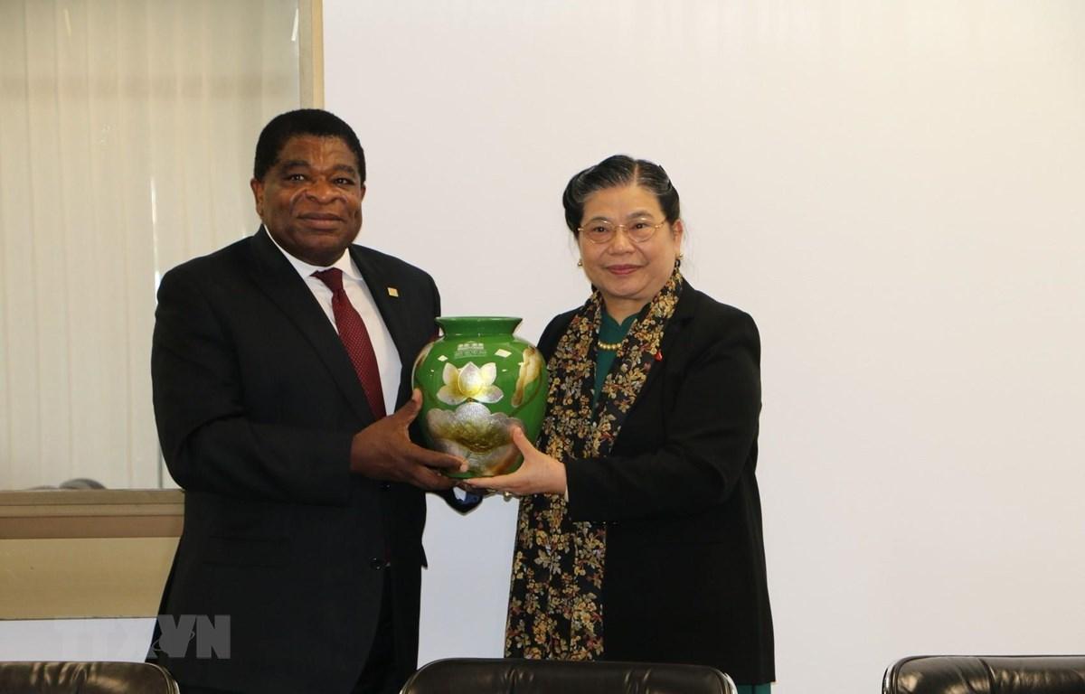 Phó Chủ tịch Thường trực Quốc hội Tòng Thị Phóng tặng quà lưu niệm Tổng Thư ký IPU bên lề Đại hội đồng IPU-141. (Ảnh: Trần Hiếu/TTXVN)