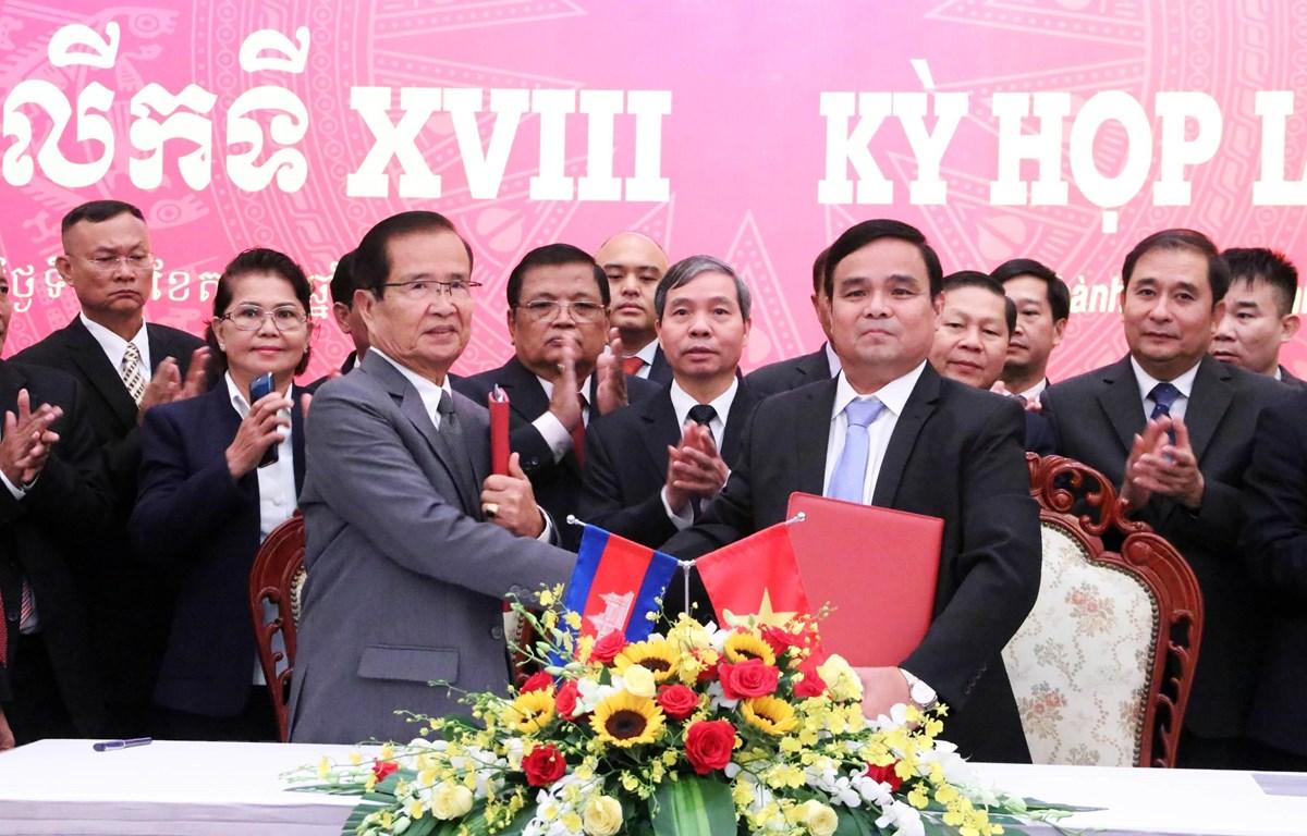 Thượng tướng Lê Chiêm, Thứ trưởng Bộ Quốc phòng (phải) và ông Sieng Lapresse (trái) trao Biên bản Kỳ họp lần thứ 18. (Ảnh: Xuân Khu/TTXVN)
