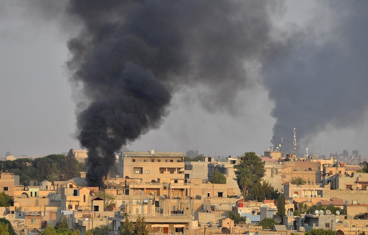 Khói bốc lên tại Ras al-Ain, miền Bắc Syria sau các cuộc tấn công của quân đội Thổ Nhĩ Kỳ nhằm vào lực lượng người Kurd. (Ảnh: AFP/TTXVN)