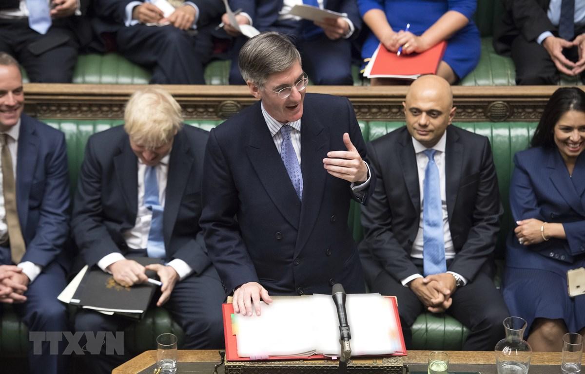 Chủ tịch Hạ viện Anh Jacob Rees-Mogg (giữa, phía trước) phát biểu tại phiên họp của Hạ viện. (Ảnh: AFP/TTXVN)