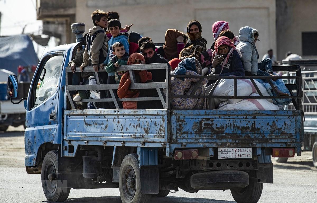 Người dân Syria sơ tán tránh chiến sự tại thị trấn Ras al-Ain ngày 15/10/2019. (Ảnh: AFP/TTXVN)