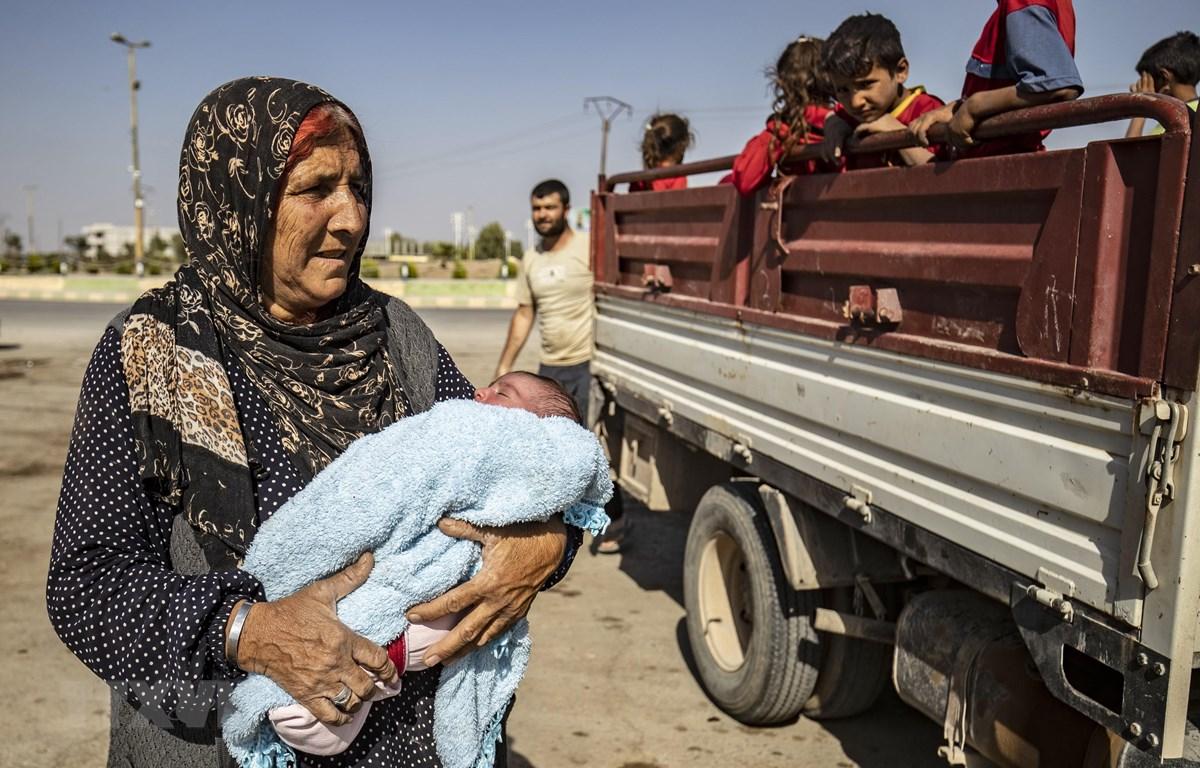 Người dân sơ tán khỏi các khu vực xung đột tại tỉnh Hasakeh, đông bắc Syria. (Ảnh: AFP/TTXVN)