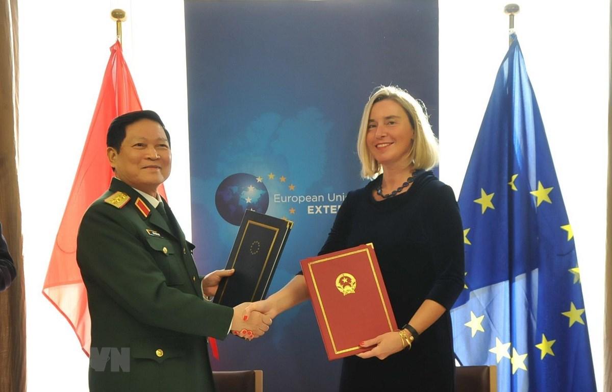 Đại tướng, Bộ trưởng Quốc phòng Ngô Xuân Lịch và bà Federica Moreghini, Phó chủ tịch Ủy ban châu Âu ký Hiệp định FPA. (Ảnh: Kim Chung/TTXVN)