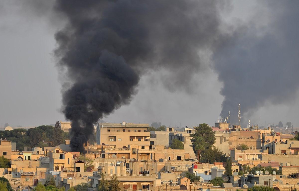 Khói bốc lên tại thành phố Ras al-Ain, miền Bắc Syria sau các cuộc tấn công của quân đội Thổ Nhĩ Kỳ nhằm vào lực lượng người Kurd. (Ảnh: AFP/TTXVN)