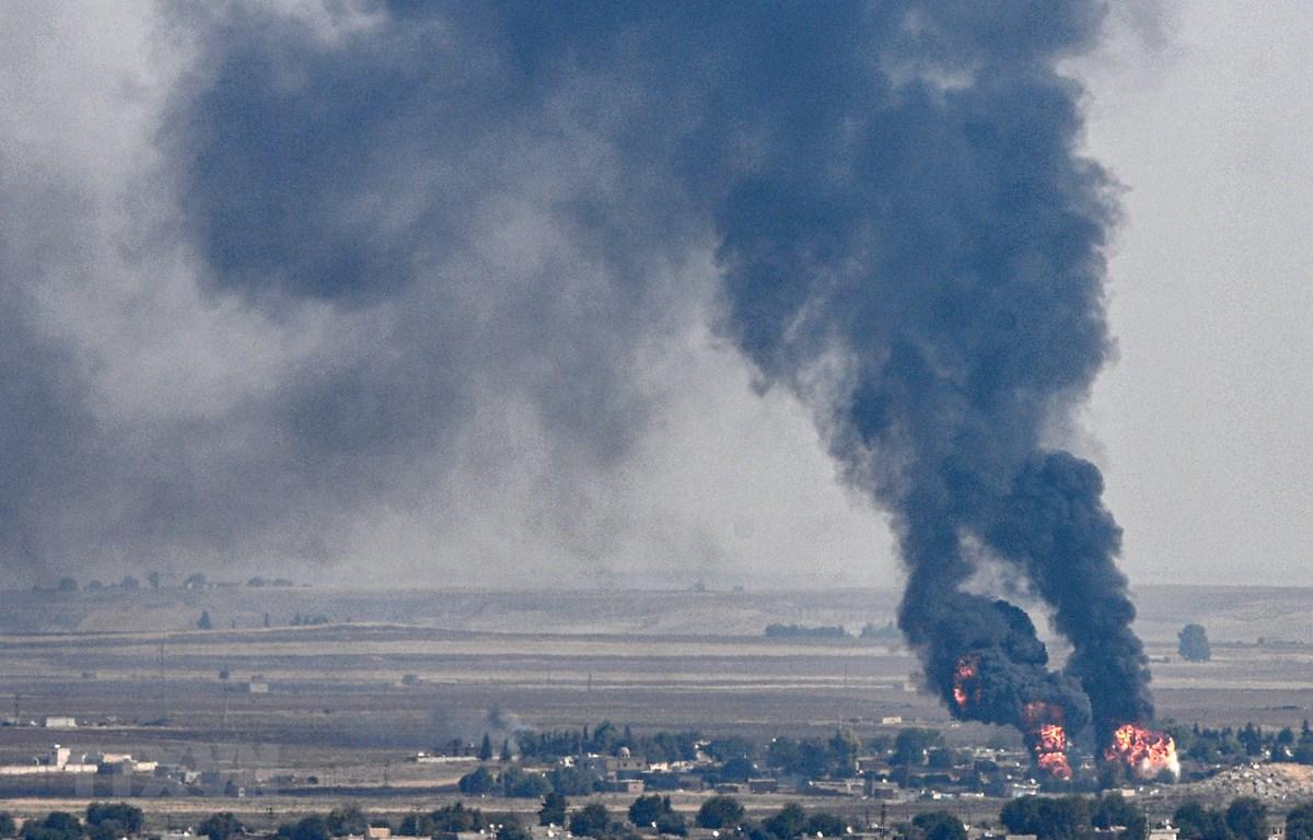 Khói bốc lên sau các cuộc giao tranh ác liệt tại thị trấn biên giới Ras al-Ain, Syria, ngày 17/10. (Ảnh: AFP/TTXVN)